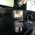 Czarne Panele Szklane Jak Lustro w Kuchni Montaz