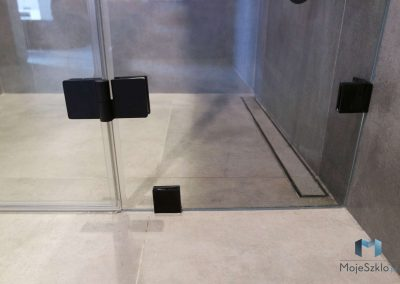 Kabiny Prysznicowe Z Czarnymi Okuciami