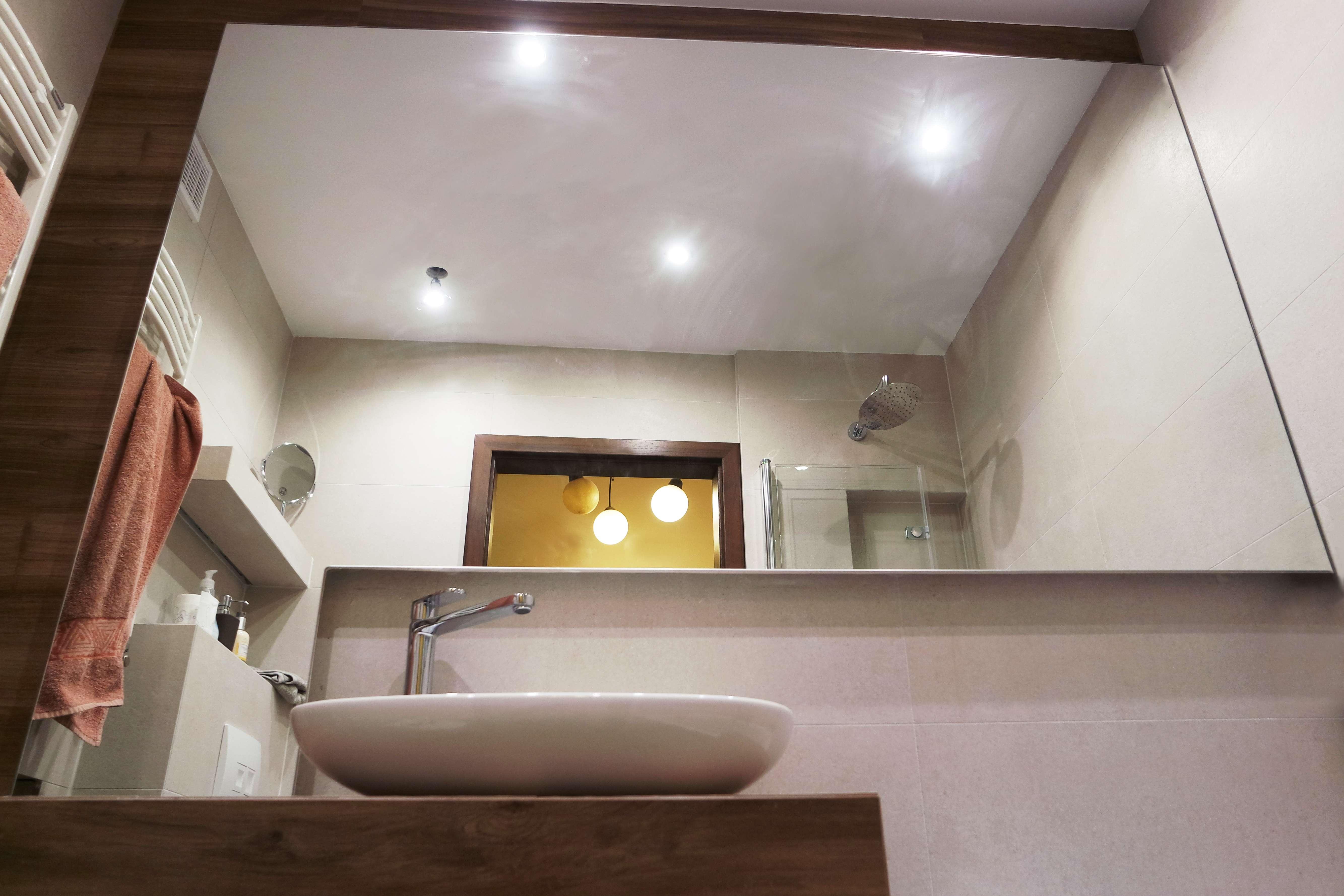 Lustro Lazienkowe Wyciecie Na Umywalke - Kolorowe szkło (Lacobel) w łazience